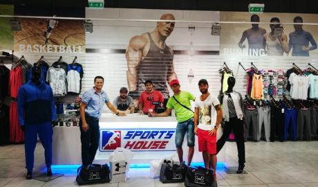 Minulý týždeň došlo k podpísaniu zmluvy medzi konateľmi spoločnosti Sports House a Patriot Sport, na základe ktorej sa podpísala spolupráca pre podporu pretekárov Spartan Patriot Teamu Slovakia, ktorým firma Sports House bude zabezpečovať oblečenie značky Under Armour pre tréning a súťaže, čím sa výrazne zlepšia podmienky športovcov Patriot Sportu.